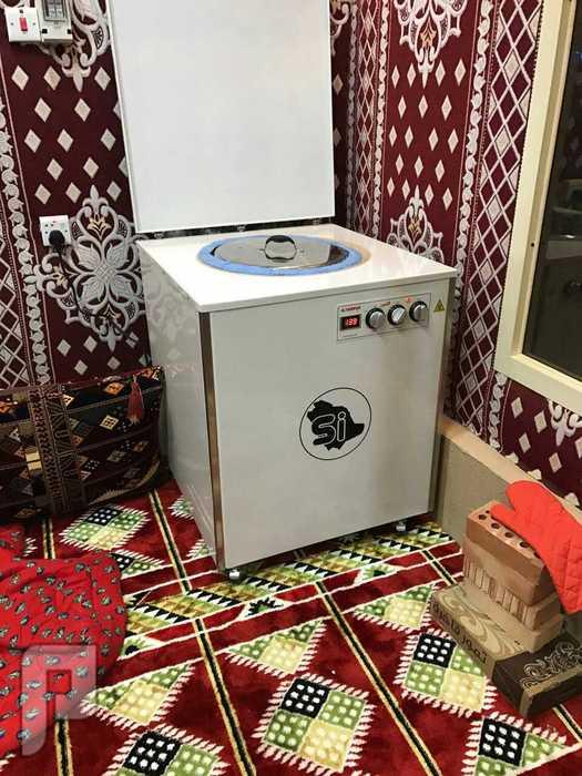 احد مستخدمي التنور الفخاري الكهربائي داخل الخيمه لعدم وجود حراره خارجيه بحمدالله